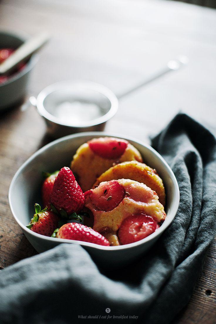 Polenta strawberry cakes / Marta Greber