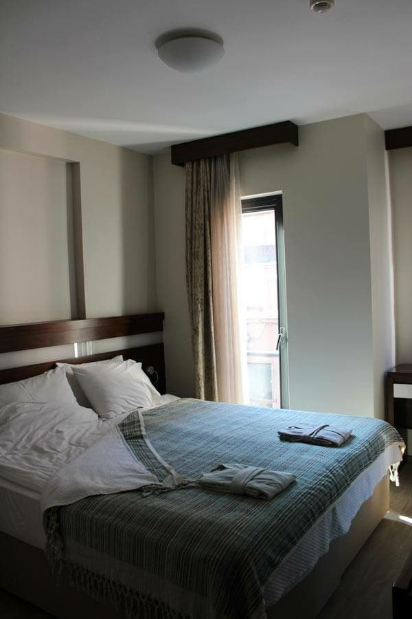 The Deluxe Suite at the Stanpoli Hotel in Sultanahmet, Istanbul offers guests handloomed linen sheets, organic cotton blankets, and custom-made robes from Jennifer's Hamam. #Stanpoli #handloom #linen #organiccotton #blankets #bedding #robes