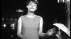 Jeanne Moreau est à Montreux en 1963 pour la Rose d'or. Pendant les répétitions, elle interprète la chanson J'ai la mémoire qui flanche pour les caméras de la TSR. L'écrivain iranien Serge Rezvani a écrit cette chanson sous le pseudonyme de Cyrus Bassiak.