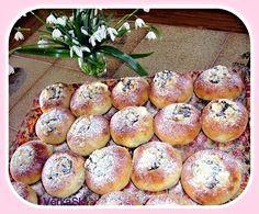 Tradiční české koláčky plněné tvarohovou náplní, ozdobené povidly a drobenkou.