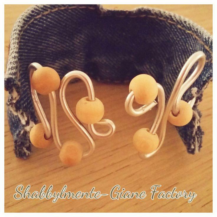 Bracciale in jeans e filo di alluminio abbellito con perline in legno By Shabbylmente-Giane Factory
