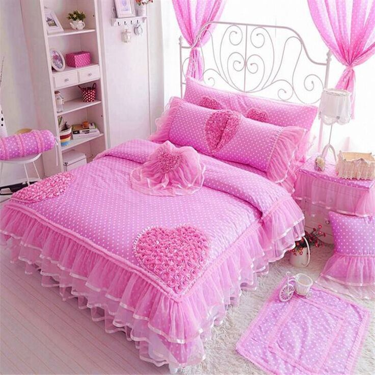 Pembe yatak odası.