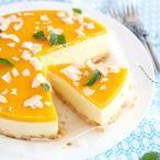 Deze glutenvrije mango-mascarponetaart is een feestje voor iedereen. De kokosflakes en munt maakt 'm helemaal tropisch.