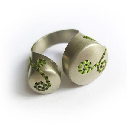 Corina Rietveld - Green coverings Ring met borduurwerk, Ring with embroidery  Sieraden, jewelry