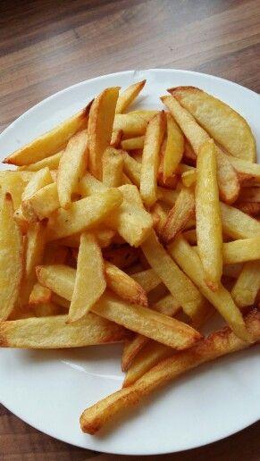 Verse patat uit de airfryer! Aardappel snijden; half uurtje laten weken in water. Daarna mengen met een beetje olijfolie en aardappelkruiden en knoflookkruiden . Ongeveer 25 min op 180 graden. Eet smakelijk!