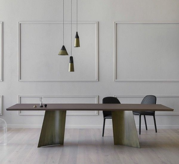 Maggese is a table by Paolo Cappello for Miniforms whose legs are in metal sheet, while the top is made of wood.