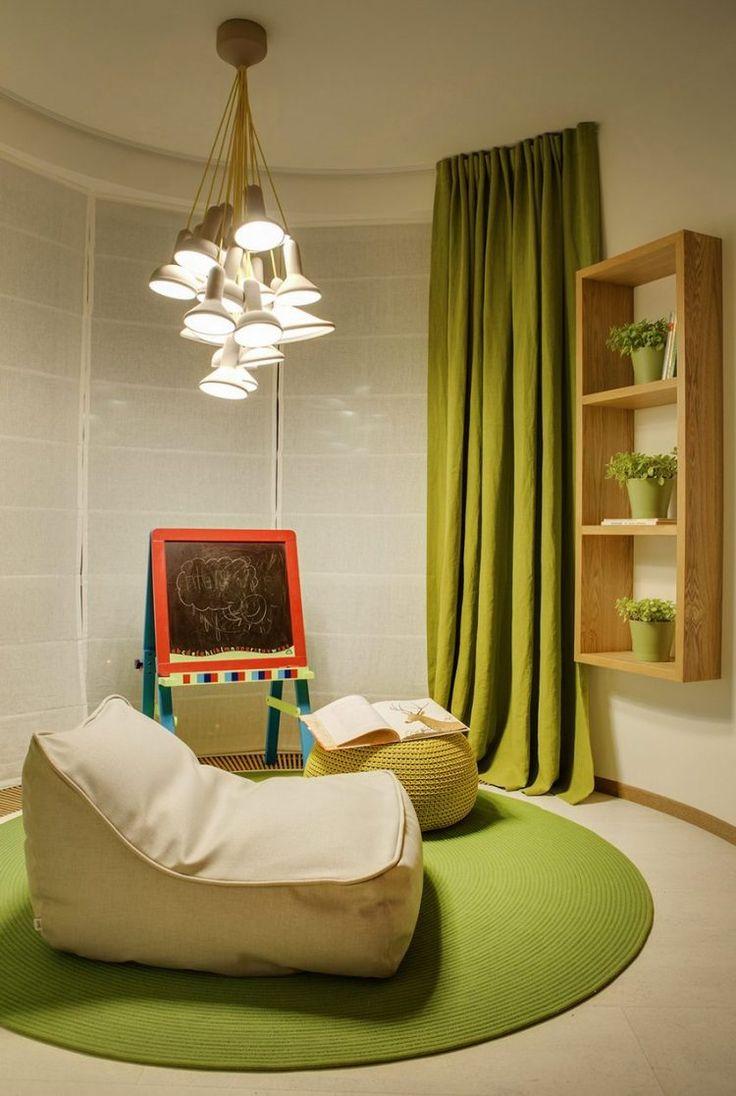 Nagy lakás berendezés - meleg fa és elegáns fényes felületek, kellemes színárnyalatok