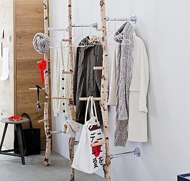 Kapstok rek gemaakt met berkenstammen. Berkenstammen verkrijgbaar op www.decoratietakken.nl
