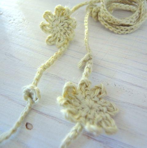 花のモチーフのラリエットの無料編み図
