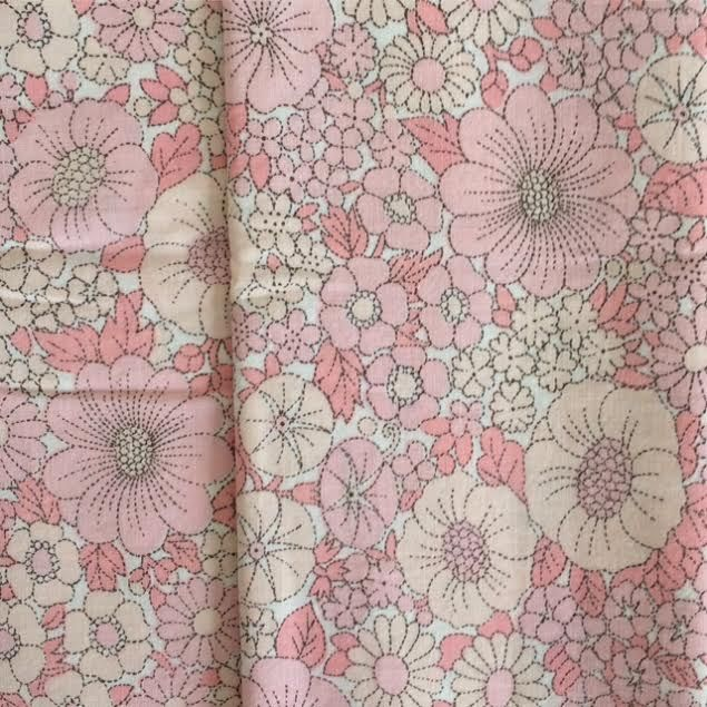 Taie de traversin Pavots rose poudré (ou tissu) [coton vintage] via un lundi ordinaire. Click on the image to see more!