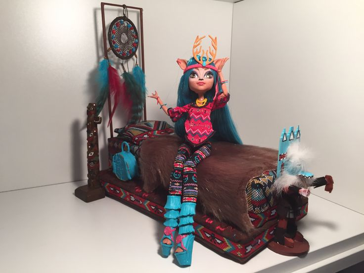 I made a new bed for my daughter's Isi Dawndancer doll tonight, and I'm super-excited to share it with you all. One of the newest Monster High exchange stude...