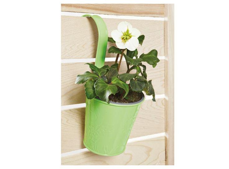 Heb je geen ruimte om bloemen en planten neer te zetten? Hang ze dan gewoon op! Dit bloempotje met haak kan je eenvoudig ophangen aan je balkon of schutting!