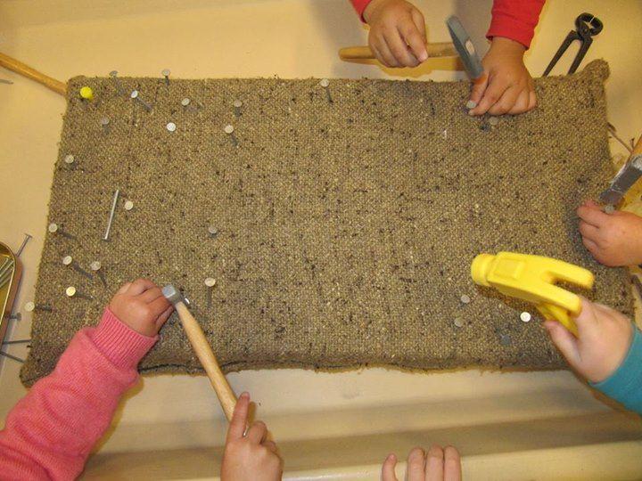 Begeleide of zelfstandige activiteit - Het is verschrikkelijk duur maar het kan veel goedkoper. Je neemt twee lagen piepschuim, daar tussenin een dunne triplexplaat. De plaat verhinderd dat de nagels helemaal in het piepschuim verdwijnen. Daarrond grof geweven stof of jute. Je kan echte nagels gebruiken en echte hamers.