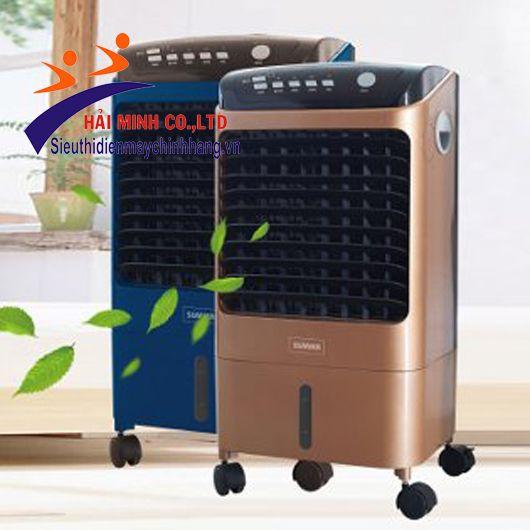 Máy làm mát Sumika D702 Thông số kỹ thuật - Lưu lượng khí: 800 m3/h . - Công suất :120 W/H . - Trọng lượng : 9 kg. - Điều khiển : Nút bấm + Remote - Kiểu quạt: Ly tâm - Thùng chứa nước: 11 Lít. - Diện tích làm mát: 10 – 20 m2 - Lượng nước tiêu thụ: 1 - 2 l/h - 3 tốc độ: chậm, trung bình, nhanh - Độ ồn : ≤ 54 dB - Kiếu gió: trái phải, lên xuống - Tính năng: Làm mát và hút ẩm với ion làm sạch không khí, màn hình hiển thị LED
