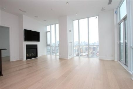 Custom Penthouse in the heart of Toronto's St. Lawrence Market - Exclusively Listed & Sold for $975K! #Torontorealestate #luxurycondos #cityliving