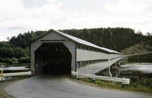 Le pont couvert entre Maria et New Richmond en Gaspésie, 2 août 1953. Ce pont est incendié deux jours après.