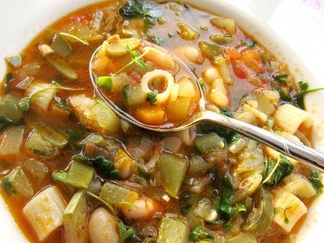 İçtiğim en lezzetli çorbalardan biri. Yanında güzel bir ekmekle akşam yemeği olur. Sebzeler kısık ateşte uzun uzun piştiği için lezzetleri birbirine karışıyor. Bu sebzelerin suyunda pişen makarnanı…