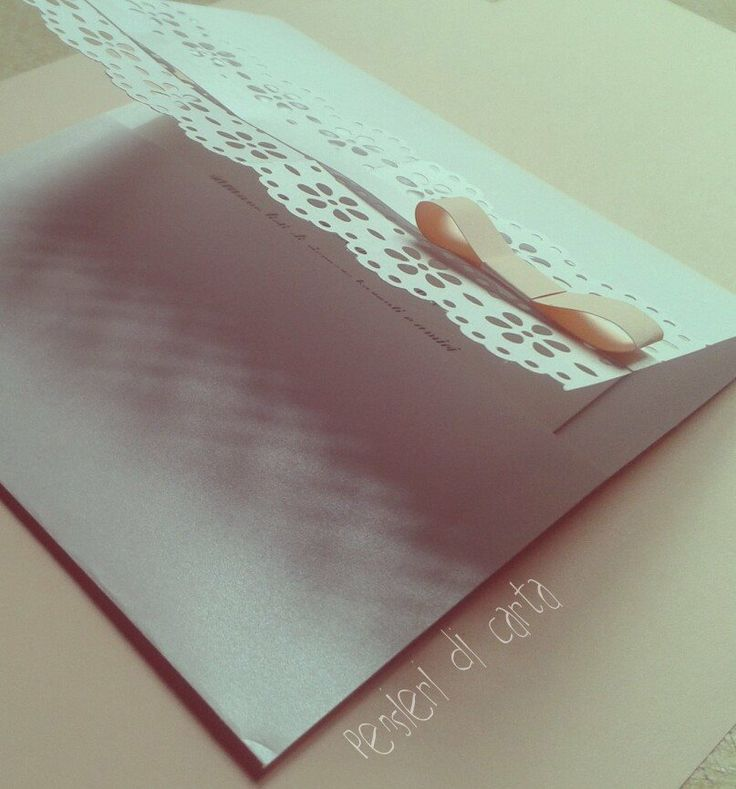 Dettagli del traforo e del fiocco in carta rosa pesca..