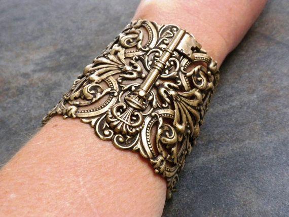 Ce bracelet de poignet extra-large déclaration brassard passe-partout est bijoux steampunk. Elle possède une clé de squelette est apposé au centre dun