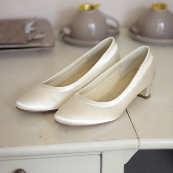 Romantische en vintage wit satijnen trouwschoenen met lage hak.