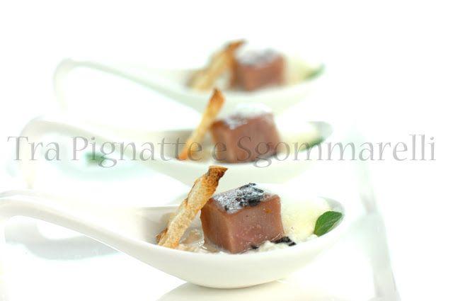 Tonno marinato in aceto di lamponi e menta romana, con stracciatella di bufala e aria di cipollotti di Tropea | Tra pignatte e sgommarelli