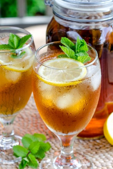Cold brew iced tea with lemon and mint. Cold brew tea to make iced tea in your refrigerator. No need to turn on the heat. | cookeatpaleo.com