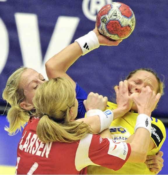 女子ハンドボール欧州選手権の決勝で、ボールを持つスウェーデン選手を防御するノルウェー選手たち(2010年12月19日) 【AFP=時事】 ▼19Dec2010時事通信|寄ってたかって プレミアム写真館 2010年12月 http://www.jiji.com/jc/pp?d=pp_2010&p=201012-photo14