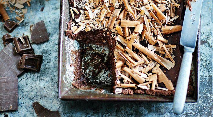 Tämä resepti on suorastaan huijausta. Lopputuloksesta ei ikinä arvaisi, miten vähän vaivaa tämä suklaakakku vaatii.