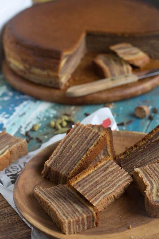 Recept Indonesische spekkoek Dit is er nodig: •750 gram boter, op kamertemperatuur (geen margarine, please….) •200 gram bloem •400 gram witte basterdsuiker •16 eieren •snuf zout, om de eiwitten mee stijf te kloppen Kruiden: •1 theelepel kardemom (gemalen) •2 theelepels nootmuskaat (gemalen) •2 theelepels kruidnagel (gemalen) •4 theelepels kaneel Extra: drie grote kommen, vel bakpapier en een springvorm van 28 cm Ø Zo maak ik het: •Verwarm de oven voor op 180 graden Celsius (onder en…