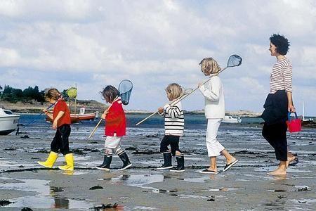 En Bretagne, la transmission du patrimoine est très importante. Notamment la pêche. Il n'est pas rare de croiser sur la plage des petits marmots en maillot de bain, un seau à la main, en pleine recherche. Pour les débutants, la pêche aux bigorneaux, aux...