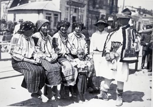BU-F-01073-6-00055-107 Ţărani în costume populare, 1935 (niv.Document)