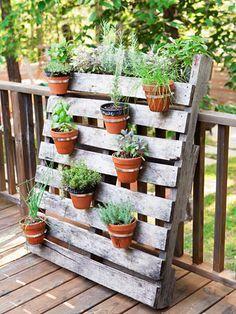 Un porte plantes en palette bois c'est malin et facile à placer sur la terrasse