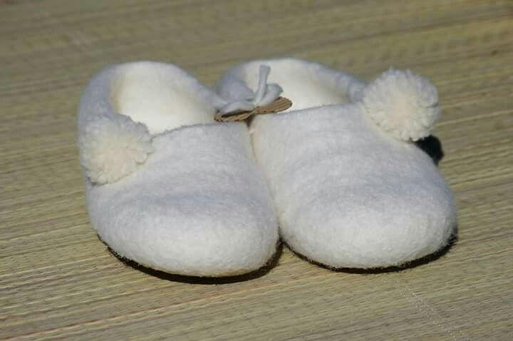 """Conoce la nueva línea de productos """"MEDITATION LINE"""" en fieltro de merino puro!! Seguro todavía no has encontrado unas pantuflas que mantengan tus pies libres de hongos, limpios, secos y SIN PIES FRÍOS! Las pantuflas de la línea """"MEDITATION LINE"""", te ofrecerán una buena salud para tus pies, éstas mantienen la temperatura corporal en cualquier época del año, ayudan en la circulación, son cómodas y no son irritantes para la piel. ♡Happy Mary♡"""