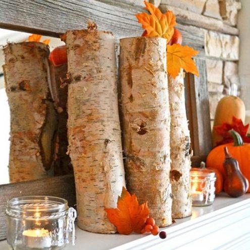 秋におしゃれなで簡単な玄関インテリアの飾り方アイデアを集めました。玄関のアウトドア飾りも下にまとめてあります。 下駄箱、棚、窓際など、玄関周りの空間に季節を取り入れた素敵なデコレーション実例集です。 ■ナチュラルデコレーション 自然な木の枝が風情ある秋のディスプレイに花を添える、おしゃれなデコレーションアイデアです。 インテリアに映える白樺の丸太や自然な見た目が安らぐ杉の丸太など、一昔前では探すのが困難だった素材も最近ではオンラインでも購入できる便利な時代。 1本ずつ違ったナチュラルな丸太素材を並べて、100円ショップでも購入できる紅葉したクラフト用の葉や秋の花の造花をところどころに添える。 空き瓶に入れたキャンドルも花を添えて、おしゃれな秋の一角に。 ■秋の実アレンジ ガマズミやアキグミなど、紅葉色の色味が鮮やかな秋の実は、この季節のインテリアに花を添える明るい素材です。 枝ぶりが華やかなので、シンプルに空き瓶に飾るだけで雰囲気のある明るい玄関デコレーションに。 下駄箱の上や玄関周りの窓枠など、ちょっとしたところに華やかさを取り入れられる簡単で素敵なフラワーアレンジです。…