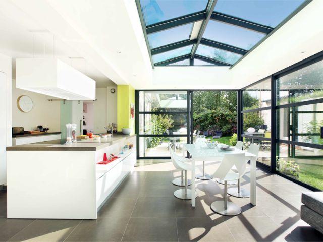 Si les vérandas sont souvent transformées en espaces de détente, elles peuvent aussi accueillir des pièces plus techniques comme la cuisine. En 'L', en 'U' ou avec îlot, toutes les configurations ... #maisonAPart