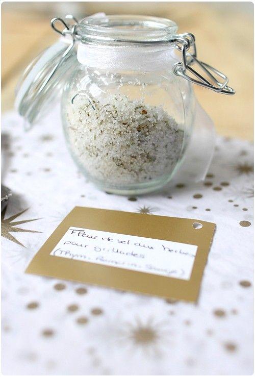 Après le sucre aromatisé à la vanille et à la fève Tonka, je vous présente une version salé : la fleur de sel aromatisé aux herbes pour vos grillades. J'ai