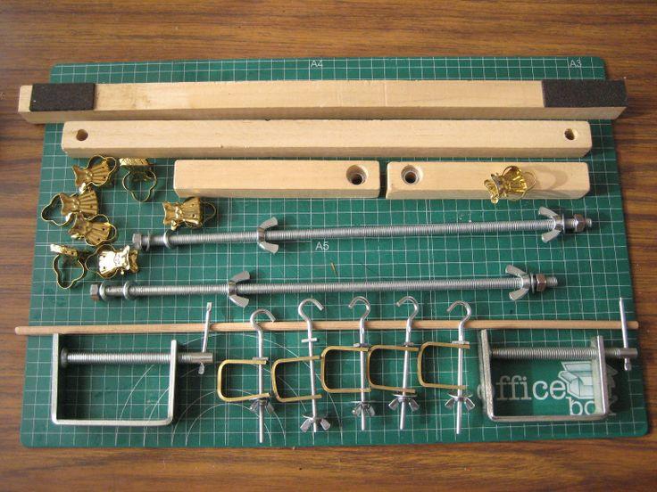 Compartimos ocho formas de hacer un telar de encuadernación artesanal, cada una con su propio estilo y con la ventajas de ser desmontables y plegables, lo que facilita el guardado. Esperemos les se…