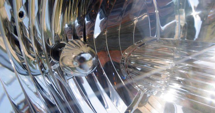 Cómo reemplazar las bombillas de los faros en un Chrysler Neon. El Neón, fabricado por Chrysler y vendido bajo la marca Dodge y Plymouth, fue producido hasta 2005. El pequeño espacio del borde del motor limitado del Neón significa que no puedes acceder a las bombillas de los faros directamente, debes quitar el ensamble del faro entero del auto.