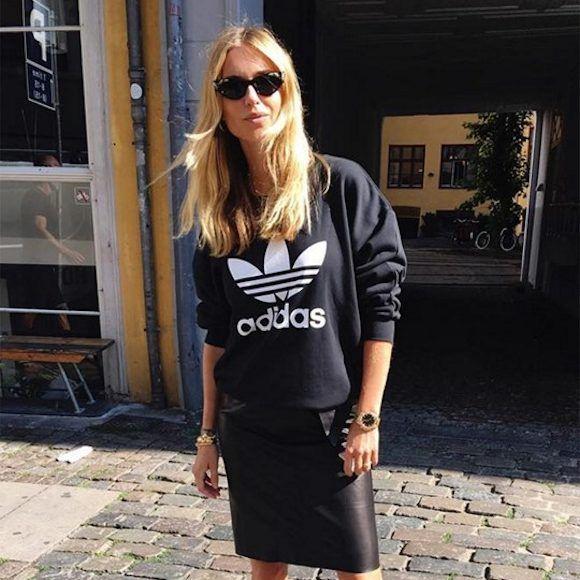 Look sport chic  sweat Adidas + jupe droite noire en simili cuir + grosse  montre