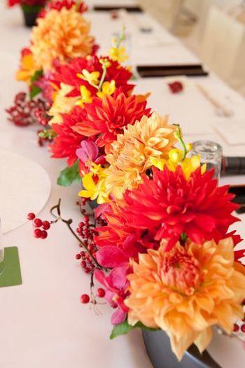 結婚披露宴の装花。新婦の和装に負けない華やかなダリアにツルウメモドキを組み合わせ、秋の深まりを演出しています。