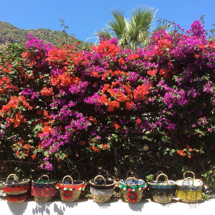 Le 7 sorelle, isole Eolie!!  Le borse sono una diversa dall'altra intrecciate a mano secondo la tradizione siciliana artigiana di un tempo, poi vengono decorate. Io voglio che ogni pezzo sia unico.