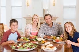 Uma ou duas refeições em família por semana podem ajudar as crianças a comer mais frutas e vegetais, sugere um novo estudo.