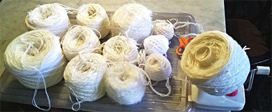 Jämälangoista pätkälankaa kehräämöllä. Winding left over yarns for knitting.