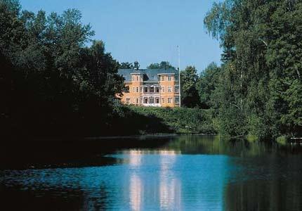 Kohlswa Herrgård ligger på gränsen mellan Mälardalen och Bergslagen. Alla 45 rum är individuellt inredda och frukost ingår förstås för hotellgäster.