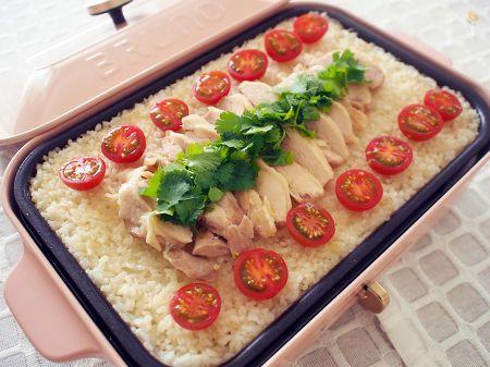 鶏もも肉をどーんと見せる迫力レシピ。加熱するだけなのに本格味!  人気のアジアンフード、シンガポールライスをホットプレートで! 鶏もも肉1枚がどーんとのったビジュアルはインパクト大で、パーティーの主役になること間違いなし!
