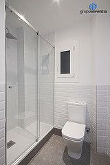 Las paredes del cuarto de ba o se alicataron hasta media for Azulejos biselados bano