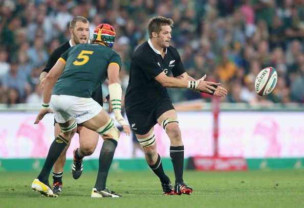 Richie Mccaw Photos Photos - Richie McCaw of the All Blacks passes the ball during the Rugby Championship match between the South African Springboks and the New Zealand All Blacks at Ellis Park Stadium on October 4, 2014 in Johannesburg, South Africa. - South Africa v New Zealand - The Rugby Championship
