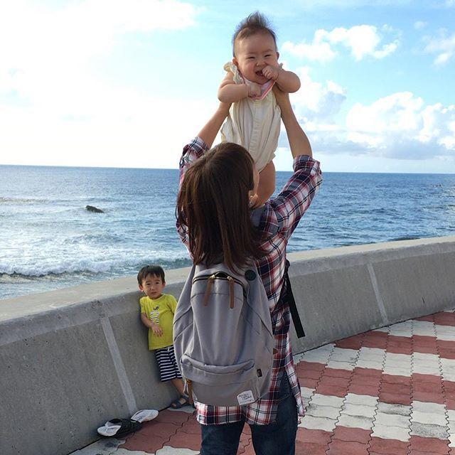 【hito.222】さんのInstagramをピンしています。 《たかいたかーい🙌🏻 リュックのファスナーが空いててざんねん。笑 . . . . #okinawa#沖縄#北谷#北谷町#北谷カフェ#沖縄カフェ#カフェ巡り#transitcafe#海#海pic#空pic#ちょっと遅めの夏休み#3歳2ヶ月#パパと息子#0歳6ヶ月#ハーフバースデー#ハーフバースデー旅#ママと娘#親バカ#親バカ部#👦🏻#👶🏻#👳🏿#🏖》