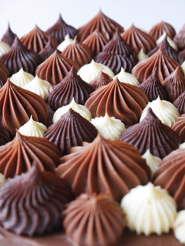 En lättbakad kladdig chokladbotten toppad med Nutella- och vit chokladfrosting.