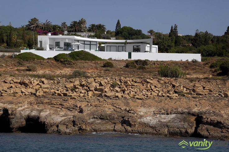 Colunata House is located in an magnificent place near the shore